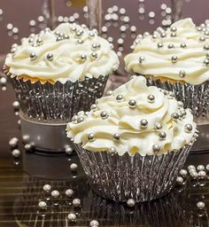 New Years Champagne Cupcakes Cute Wedding Food Ideas for Dessert - You could spend hours – who am I Silver Cupcakes, White Cupcakes, Wedding Cakes With Cupcakes, Cupcake Cakes, Bling Cupcakes, Cupcake Logo, Unique Wedding Food, Wedding Reception Food, Trendy Wedding