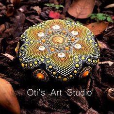Mandala handbemalt Stein Dieser Edelstein wurde mit viel Liebe und Freude erstellt. Dieser Mandala Stein haben darin viele Stunden freudige Arbeit und singen für den Besitzer die Schwingung von Freude, Glück fühlen und im Wert von unserem schönen Universum. Größe: 6cm Durchmesser = 2