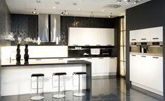 Preciosa isla blanca combinado con muebles altos de distintas alturas, www.lovikcocinamoderna.com muebles de cocina en Madrid