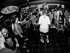 No comando sonoro da noite, a banda Macaco Cientista se junta ao DJ Murilo Nogueira (Rap'sicologia) para elevar os ânimos com uma seleção musical com cheiro de água salgada.