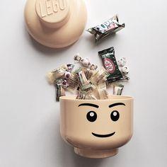 「 #레고헤드 #레고스토리지 #간식통 #레고머리 유용하게 잘쓰고있는 레고대갈뽝 ㅋㅋ 언제나이뿨  훗 요고랑 #레고쓰레기통 같이 구입! #룸코펜하겐 #텐바이텐  #레고정리함 #수납 #Lego #레고 #과자 #legostorage #legohead #gingerbon… 」