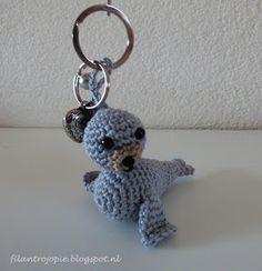 Kijk wat ik gevonden heb op Freubelweb.nl: een gratis haakpatroon van Filantrojopie om deze sleutelhanger met zeehond te maken https://www.freubelweb.nl/freubel-zelf/gratis-haakpatroon-zeehond/