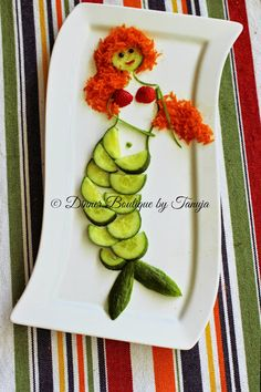 Boutique: Princess Ariel Made of Cucumber, Carrot & Strawber.Dinner Boutique: Princess Ariel Made of Cucumber, Carrot & Strawber. Food Design, Veggie Art, Veggie Food, Food Art For Kids, Food Carving, Wax Carving, Food Garnishes, Food Decoration, Fruit Art
