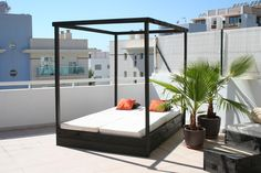 Day bed without curtains