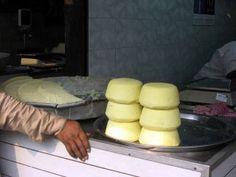 インドのカッテージチーズ、パニール。なぜか日本のでは満足できない  …日本でインド製輸入冷凍品以外のパニールは手作りだ。  ところが前述のように、これがなかなか満足できるものがない。牛乳の質や濃度が異なるからだ。   私がパニールを手作りする場合、本場の風味に近づけたいがため    ①牛乳に相当量の生クリームを加えて加熱する  ②牛乳を加熱する際、粒のカルダモンを加える  ③凝固させる際、酢は使わず、レモン汁だけを使用する   こうした工夫をすることで、より濃厚でコクがあり風味も濃厚な、現地に近いパニールを作ることが可能である。  凝固させた後の水の切り方でも、味や食感が変化する。さらには、使う料理に合わせてできあがりの硬さを調整するのもまた、調理人としての腕の見せ所である。 《my覚書: 生クリームの代わりに無加糖のコンデンスミルクで作ってみようかな。コンデンスミルクは牛乳が濃縮されてるものみたいだから良いかも❤︎ココナッツミルクでも試してみたい( 灬˙▿˙灬 )カルダモン入れるのは良さそ!》