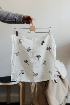 Furoshiki- Geschenke japanisch verpacken Make A Gift, Mindful Living, Inspirational Gifts, Zero Waste, Gift Wrapping, Textiles, Diy Crafts, Fabric, Pattern