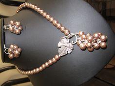Collar y aretes de gajo de color cafe en perla acrilica. $6.00