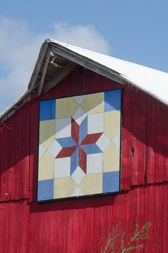 Started in one county in Iowa near Kalona and has spread to other counties. First seen 2011 or Barn Quilt Designs, Barn Quilt Patterns, Quilting Designs, Painted Barn Quilts, Barn Signs, Barn Art, American Quilt, Old Barns, Square Quilt