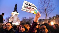 """Frankreich sucht mit Hochdruck nach den Tätern, die beim Angriff auf """"Charlie Hebdo"""" zwölf Menschen getötet haben. In Paris beginnen Solidaritätsdemos. Das Live-Blog #jesuischarlie #CharlieHebdo"""