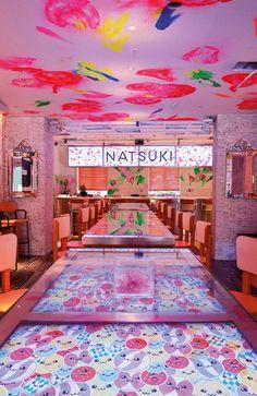 """坂井直樹の""""デザインの深読み"""": スタルクがインテリアを設計した和食レストラン「夏希」のデザイン&ブランディングのアイデンティティは、印刷メディアと広告ポスターなどの表現に一貫性がある。"""