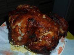 Ingredientes:  1 frango inteiro 2 cebolas médias 2 dentes de alho 10 fatias de bacon Sal a gosto 1 lata de óleo comum Modo de preparo:  Coloque dentro do frango as cebolas
