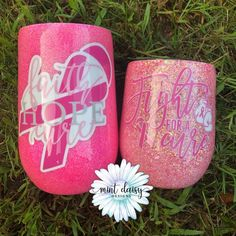 Beautiful Breast Cancer Awareness stemless wine glasses, in honor of those fighting this terrible disease. Vinyl Tumblers, Glitter Tumblers, Glitter Cups, Custom Tumblers, Custom Cups, Tumbler Designs, Cup Design, Amazing Ideas, Tumbler Cups