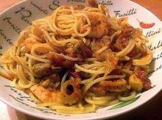 La meilleure recette de Spaghettis aux fruits de mer, à l'ail et aux tomates! L'essayer, c'est l'adopter! 5.0/5 (8 votes), 12 Commentaires. Ingrédients: 500g de spaghettis, de l'huile d'olive, 2 gousses d'ail émincées, 4 échalotes émincées, 4 branches de céleri émincées, 4 grosses tomates coupées en gros dés, 600g de tomates concassées, 15cl de vin blanc, 2 càs de thym haché, 3 càs, de persil haché, 300g de grosses crevettes cuites décortiquées, 400g de mélang...