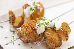 Maak nu deze twisters zelf met de lekkerste krielaardappel van Nederland. Varieer met verschillende kruiden en ontdek nieuwe smaken. Baked Potato, Cherry, Potatoes, Baking, Ethnic Recipes, Food, Potato, Bakken, Essen