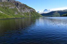 Børvatnet med snøkledde fjell i bakgrunnen     http://www.tursiden.no/borvatnet-med-snokledde-fjell-i-bakgrunnen/