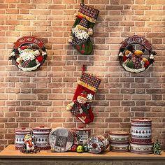 Duas dicas para arrasar na #decoração de Natal: - No buffet, misture pequenos artigos decorativos e latas com temas natalinos; - Na parede, um mix de guirlandas e meias natalinas. Marque nos comentários quem já está planejando a noite de natal com você. #minhaetna #NatalEtna