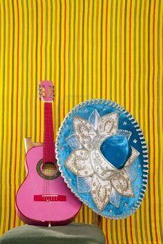 Guitarra rosa y sombrero, Mexico
