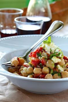 Ρεβίθια με λιαστές ντομάτες, φρέσκο κρεμμύδι, δυόσμο και φέτα