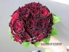 Tummaa ruusua, omin varsin, kevyesti helmiä koristeena.
