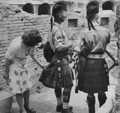 II guerra mondiale Roma 4 june 1944 A woman of Rome examines the soldiers' Scottish kilt Rare Historical Photos, Rare Photos, Old Pictures, Old Photos, Vintage Photos, Antique Photos, Vintage Photographs, Vintage Prints, Vintage Style