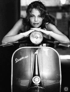 Vespa Piaggio, Moto Vespa, Scooters Vespa, Vespa Motorcycle, Lambretta Scooter, Motor Scooters, Mobility Scooters, Motorcycle Posters, Scooter Girl