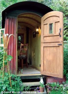 Tiny house, living in a small space, plans, interior cottage DIY, modern small house on wheels- Tiny house ideas Gypsy Trailer, Gypsy Caravan, Small Houses On Wheels, Shepherds Hut, Morris, Gypsy Wagon, Garden Studio, Tiny House Plans, Play Houses