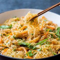 Spaghetti Squash Chow Mein Recipe Healthy and Low Carb Garlic Spaghetti, Courge Spaghetti, Spaghetti Squash Recipes, Vegetarian Chow Mein Recipe, Vegetarian Recipes, Healthy Recipes, Fast Recipes, Creamy Garlic Chicken, 3 Pounds