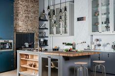 kücheneinrichtung kücheninsel grau weiß blaue akzentwand