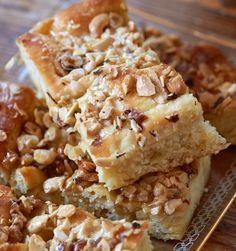 Honig-Nuss-Butterkuchen: Der unglaublich fluffige Hefeboden freut sich über eine süße, knusprige Decke aus Nüssen, Honig, Butter, Zitrone und Zucker.