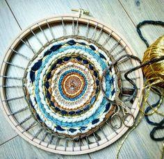 """32 mentions J'aime, 2 commentaires - Ade_dans_latelier (@ade_dans_latelier) sur Instagram: """"Bon lundi ! Je me suis remise au tissage circulaire. C'est une vraie source de relaxation pour…"""" Relaxation, Old Soul, Hippy, Decorative Plates, Weaving, Instagram, Circular Weaving, Happy Monday, Circles"""