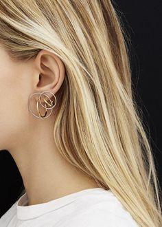 Les boucles d'oreilles Saturne de Charlotte Chesnais