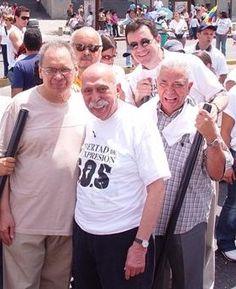 """Pedro León Zapata, Claudio Nazoa, Laureano Márquez, Oscar Yanes y """"Graterolacho"""" en una marcha por la libertad de expresión en Caracas. Ya se nos han ido dos (Zapata y Yanes)"""