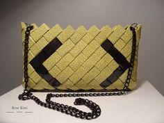 Ce sac est tressé selon la technique Maya. Il est composé de papier cadeau jaune à motif et de papier noir. L'ensemble est plastifié pour la brillance et l'imperméabilité - 19196325