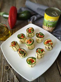 Rulouri de dovlecei cu humus picant - Bucataresele Vesele Humus, Tahini, Cucumber, Zucchini, Sushi, Eggs, Vegetables, Breakfast, Ethnic Recipes