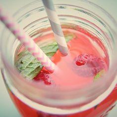 Vite vite une boisson rafraîchissante à siroter sur la terrasse sous le soleil de plomb! La recette -ultra facile- est sur le blog www.olesmains.com 🍹☀️