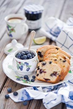 Blueberry bread and tea for breakfast Café Chocolate, Chocolate Cookies, Blueberry Cake, Blueberry Breakfast, Breakfast Pancakes, Raspberry Pancakes, Blueberry Delight, Berry Muffins, Blueberry Recipes