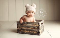 Foto bebe con 6 meses en jaula madera y gorrito con orejitas