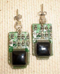 Recycled Computer Part Jewelry - Naná Hayne -Brincos = placa de circuito impresso com chip