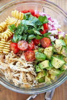Healthy Chicken Pasta Salad - - Packed with flavor, protein and veggies! This healthy chicken pasta salad is loaded with tomatoes, avocado. abendessen Healthy Chicken Pasta Salad with Avocado, Tomato, and Basil  Best Salad Recipes, Good Healthy Recipes, Healthy Meal Prep, Dinner Healthy, Eating Healthy, Easy Healthy Lunch Ideas, Healthy Packed Lunches, Healthy Dishes, Healthy Lunch Foods