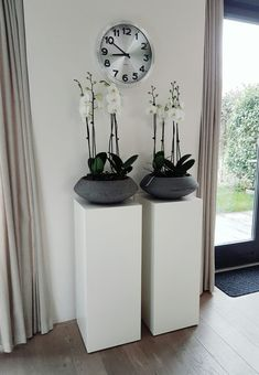 For all your individual columns, bases, columns, cubes and . Diy Living Room Decor, Living Room Designs, Home Decor, House Plants Decor, Plant Decor, Floral Arrangements, Home Furniture, Home Accessories, Cube