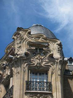 https://flic.kr/p/TAGfGQ | PARIS-ART NOUVEAU / Arch. Alfred Wagon | Immeuble d'habitation(1904) Arch. Alfred Wagon (*/*) 24 pl. Etienne-Pernet Paris 15e Mansarde et coupole d'angle. Détails qui entourent les fenêtres et l'angle du bâtiment.