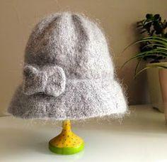Je peux bien l'avouer... Au début, j'avais prévu de tricoter un chapeau cloche pour moi... Finalement, la magie du feutrage en a déci...