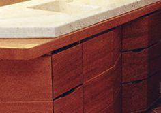 Reforma e interior design de apartamento privato em Portovenere (SP). Detalhe da cozinha com top em mármore e gavetas pivotantes.