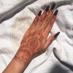 Check out these 10 henna designs that are easy to draw; from Stay Glam Henna or mehndi has been used to decorate the body throughout history. It has been dated Henna Tattoo Hand, Henna Tattoos, Henna On Hand, Pine Tattoo, Paisley Tattoos, Pretty Henna Designs, Henna Tattoo Designs Simple, Finger Henna Designs, Indian Henna Designs