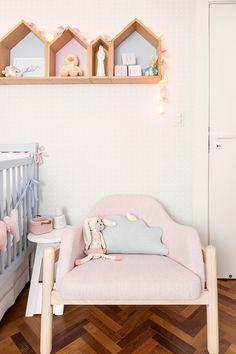 Nichos e prateleiras já conquistaram seu lugar no design de interiores, fazendo parte dos mais diversos projetos de decoração. E não é diferente no quarto do bebê, que ganhou a versatilidade de um novo estilo: o nicho casinha.