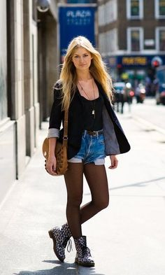 Short jeans com meia calça. bota floral. blaser preto