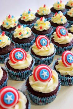 """Supercupcakes para el estreno de la película """"Capitán América"""" Captain America Cupcakes, Captain America Birthday Cake, Captain America Party, Pastel Marvel, Pastel Avengers, Avenger Cupcakes, Kid Cupcakes, Superman Birthday Party, Avengers Birthday"""