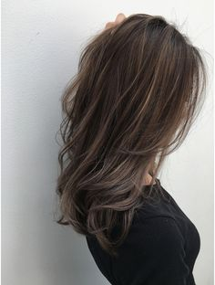 The ombre hair trend has been seducing for some seasons now. More discreet than tie and dye, less classic than sweeping, this new technique of hair. Brown Ombre Hair, Brown Hair Balayage, Ombre Hair Color, Hair Color Balayage, Ombre Hair For Asians, Hair Arrange, Hair Shades, Auburn Hair, Brunette Hair