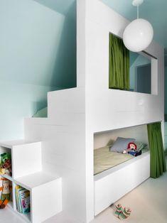 een leuk stapelbed of hoogslaper voor in de kinderkamer - Roomed Attic Rooms, Attic Spaces, Kid Spaces, Bunk Rooms, Attic Apartment, Bunk Beds Built In, Kids Bunk Beds, My New Room, Kids Bedroom
