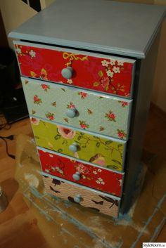 Klä lådfronter med tapetprover och lacka över! Tapetprover beställer du hem på www.borastapeter.se.